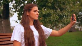 Ελκυστική επιχειρηματίας που κάνει τη φωτογραφία απόθεμα βίντεο