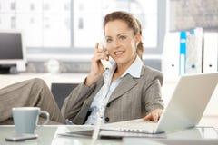 Ελκυστική επιχειρηματίας που μιλά στο τηλεφωνικό χαμόγελο Στοκ Εικόνες