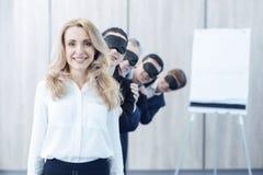 Ελκυστική επιχειρηματίας που στέκεται στο πρώτο πλάνο στοκ εικόνες με δικαίωμα ελεύθερης χρήσης
