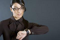 ελκυστική επιχειρηματίας που φαίνεται ρολόι Στοκ εικόνες με δικαίωμα ελεύθερης χρήσης