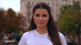 Ελκυστική επιχειρηματίας προσώπου στην πόλη απόθεμα βίντεο
