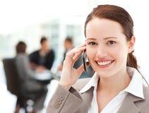 Ελκυστική επιχειρηματίας στο τηλέφωνο Στοκ εικόνα με δικαίωμα ελεύθερης χρήσης