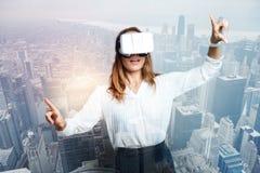 Ελκυστική επιχειρηματίας της Νίκαιας που εξετάζει τη νέα τεχνολογία Στοκ φωτογραφία με δικαίωμα ελεύθερης χρήσης