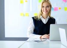 Ελκυστική επιχειρησιακή γυναίκα που εργάζεται στο lap-top στο γραφείο διάνυσμα ανθρώπων επιχειρησιακής απεικόνισης jpg Στοκ Εικόνα