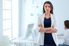 Ελκυστική επιχειρησιακή γυναίκα που εργάζεται στο lap-top στο γραφείο διάνυσμα ανθρώπων επιχειρησιακής απεικόνισης jpg Στοκ φωτογραφία με δικαίωμα ελεύθερης χρήσης