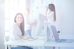 Ελκυστική επιχειρησιακή γυναίκα που εργάζεται στο lap-top στο γραφείο διάνυσμα ανθρώπων επιχειρησιακής απεικόνισης jpg Στοκ εικόνες με δικαίωμα ελεύθερης χρήσης