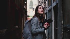 Ελκυστική ευτυχής επαγγελματική γυναίκα δημοσιογράφων που περπατά με τη κάμερα στην αρχαία οδό της Βενετίας, που παίρνει μια φωτο απόθεμα βίντεο