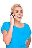Ελκυστική ευτυχής συνομιλία γυναικών στο τηλέφωνο κυττάρων στοκ εικόνες με δικαίωμα ελεύθερης χρήσης