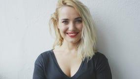 Ελκυστική εύθυμη νέα ξανθή γυναίκα απόθεμα βίντεο