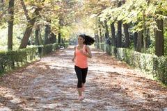 Ελκυστική και ευτυχής γυναίκα δρομέων sportswear φθινοπώρου που τρέχει το α Στοκ εικόνες με δικαίωμα ελεύθερης χρήσης