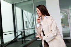 Ελκυστική και όμορφη επιχειρηματίας που στέκεται στην αρχή Στοκ Φωτογραφίες