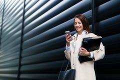 Ελκυστική και όμορφη επιχειρηματίας που στέκεται στην αρχή Στοκ φωτογραφίες με δικαίωμα ελεύθερης χρήσης