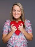 ελκυστική καρδιά χεριών οι νεολαίες γυναικών εκμετάλλευσής της Στοκ Φωτογραφίες