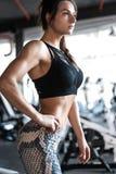 Ελκυστική κατάλληλη γυναίκα στη γυμναστική στοκ φωτογραφία με δικαίωμα ελεύθερης χρήσης