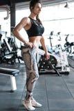 Ελκυστική κατάλληλη γυναίκα στη γυμναστική στοκ εικόνες