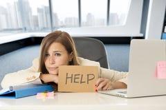 Ελκυστική λυπημένη και απελπισμένη επιχειρησιακή γυναίκα που υφίσταται την πίεση στο σημάδι βοήθειας εκμετάλλευσης γραφείων φορητ Στοκ Εικόνα