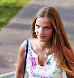 Ελκυστική μακρυμάλλης γυναίκα brunette που περπατά uo τα σκαλοπάτια στοκ εικόνα με δικαίωμα ελεύθερης χρήσης