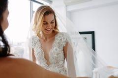 Ελκυστική μελλοντική νύφη που εγκαθιστά το νέο φόρεμα Στοκ εικόνες με δικαίωμα ελεύθερης χρήσης