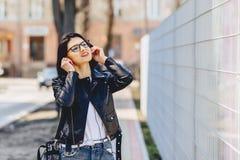ελκυστική μουσική ακούσματος κοριτσιών αστεία στα ακουστικά στοκ εικόνες με δικαίωμα ελεύθερης χρήσης