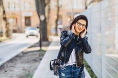 ελκυστική μουσική ακούσματος κοριτσιών αστεία στα ακουστικά Στοκ φωτογραφίες με δικαίωμα ελεύθερης χρήσης