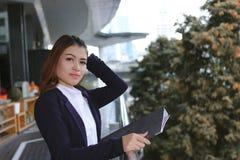 Ελκυστική νέα ασιατική επιχειρησιακή γυναίκα που στέκεται στο εξωτερικό γραφείο στοκ φωτογραφία με δικαίωμα ελεύθερης χρήσης