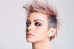 Ελκυστική νέα γυναίκα με ένα πανκ Hairstyle Στοκ εικόνες με δικαίωμα ελεύθερης χρήσης