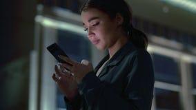 Ελκυστική νέα γυναίκα με να κουβεντιάσει κινητών τηλεφώνων απόθεμα βίντεο