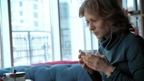 Ελκυστική νέα γυναίκα με την ταμπλέτα στον καφέ, freelancer έννοια φιλμ μικρού μήκους