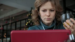 Ελκυστική νέα γυναίκα με την ταμπλέτα στον καφέ, freelancer έννοια απόθεμα βίντεο