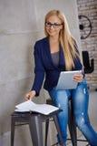 Ελκυστική νέα γυναίκα με την ταμπλέτα στοκ φωτογραφία με δικαίωμα ελεύθερης χρήσης