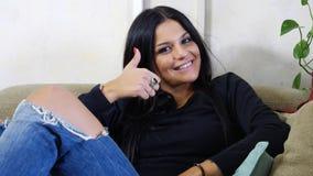 Ελκυστική νέα γυναίκα με τον αντίχειρα που κάνει επάνω το ΕΝΤΑΞΕΙ σημάδι Στοκ φωτογραφία με δικαίωμα ελεύθερης χρήσης