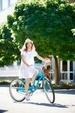 Ελκυστική νέα γυναίκα που απολαμβάνει οδηγώντας το ποδήλατό της στοκ εικόνες με δικαίωμα ελεύθερης χρήσης