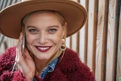 Ελκυστική νέα γυναίκα που απολαμβάνεται την επικοινωνία από το κινητό τηλέφωνο στοκ εικόνες με δικαίωμα ελεύθερης χρήσης