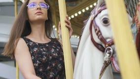 Ελκυστική νέα γυναίκα που οδηγά στο ιπποδρόμιο, ψυχαγωγία παιδικής ηλικίας, ομορφιά απόθεμα βίντεο
