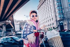 Ελκυστική νέα γυναίκα που στέκεται κοντά στο ποδήλατό της στοκ φωτογραφία με δικαίωμα ελεύθερης χρήσης