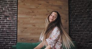 Ελκυστική νέα γυναίκα στις πυτζάμες που απολαμβάνει το πρωί χορεύοντας μπροστά από τη κάμερα άρχισε την ημέρα με το α απόθεμα βίντεο