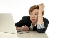 Ελκυστική νέα επιχειρησιακή γυναίκα που εργάζεται στον υπολογιστή της που τονίζεται, που κουράζεται και που συντρίβεται Στοκ Φωτογραφίες