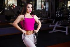 Ελκυστική νέα μυϊκή γυναίκα bodybuilder με το τέλειο σώμα po Στοκ εικόνες με δικαίωμα ελεύθερης χρήσης