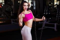 Ελκυστική νέα μυϊκή γυναίκα bodybuilder με το τέλειο σώμα po Στοκ φωτογραφίες με δικαίωμα ελεύθερης χρήσης