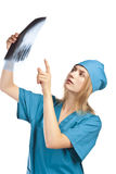 Ελκυστική νέα νοσοκόμα που εξετάζει μια ακτίνα X Στοκ εικόνα με δικαίωμα ελεύθερης χρήσης