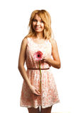 Ελκυστική ξανθή γυναίκα που κρατά ένα λουλούδι στοκ φωτογραφίες με δικαίωμα ελεύθερης χρήσης