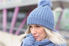Ελκυστική ξανθή γυναίκα στη θερμή χειμερινή μόδα στοκ εικόνες