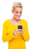 Ελκυστική ξανθή γυναίκα Texting στο τηλέφωνο κυττάρων στοκ φωτογραφία με δικαίωμα ελεύθερης χρήσης