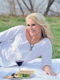 ελκυστική ξανθή picnic γυναίκ&alp Στοκ εικόνα με δικαίωμα ελεύθερης χρήσης