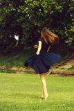 Ελκυστική περιστροφή κοριτσιών στο χορτοτάπητα στοκ φωτογραφίες με δικαίωμα ελεύθερης χρήσης