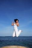 ελκυστική πηδώντας γυναίκα Στοκ φωτογραφίες με δικαίωμα ελεύθερης χρήσης