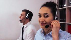 Ελκυστική προκλητική γυναίκα υπάλληλος στην κάσκα που καλεί στον πελάτη απόθεμα βίντεο