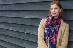Ελκυστική στοχαστική μέση ηλικίας γυναίκα έξω Στοκ εικόνες με δικαίωμα ελεύθερης χρήσης