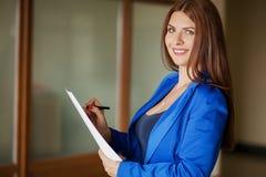 Ελκυστική σύγχρονη νέα επιχειρησιακή γυναίκα στην αρχή Στοκ φωτογραφία με δικαίωμα ελεύθερης χρήσης