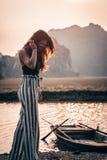 Ελκυστική τοποθέτηση γυναικών στα βουνά του βόρειου Βιετνάμ στοκ φωτογραφία με δικαίωμα ελεύθερης χρήσης